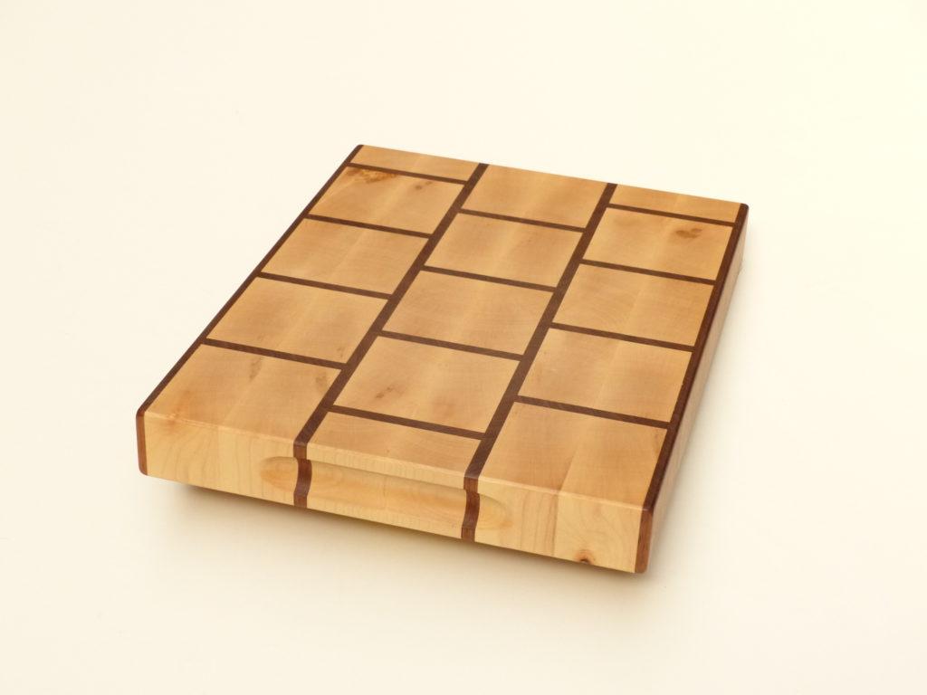 kuchyňské prkénko ze dřeva se vzorem cihliček