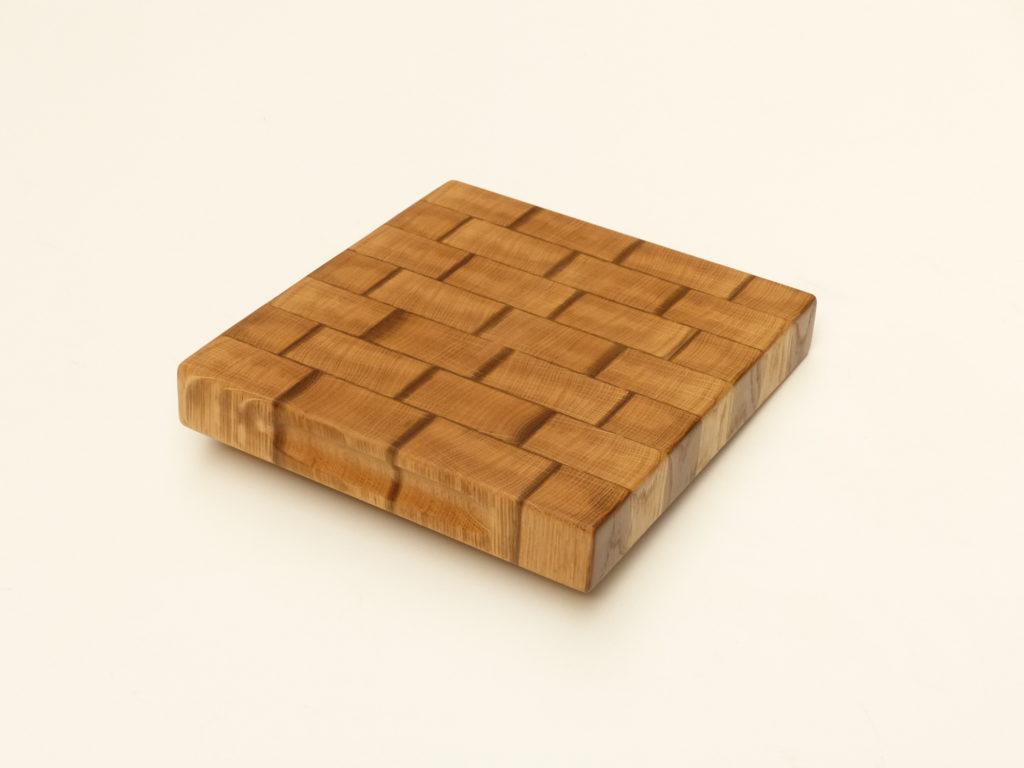 malé rustikální prkénko ze dřeva
