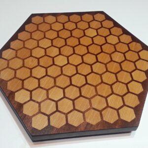 dřevěné kuchyňské prkénko ve tvaru medové plástve