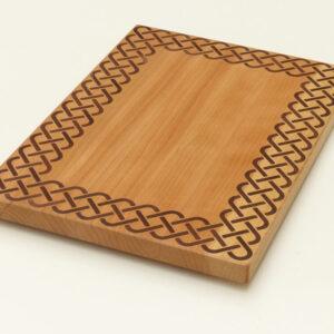 dřevěné kuchyňské prkénko s rámečkem v keltském stylu