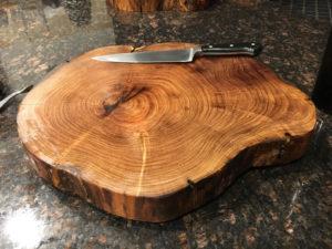 dřevěné krájecí prkénko z kmenu stromu