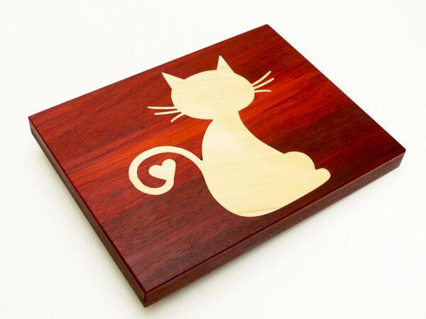 malé červené krájecí prkénko s kočkou