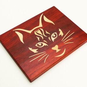 malé červené kuchyňské prkénko s kočkou