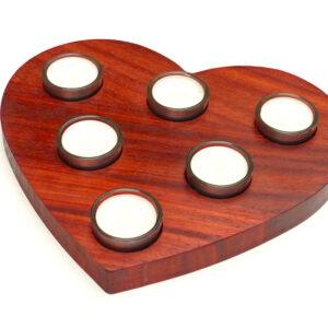 dřevěný svícen srdce se šesti svíčkami
