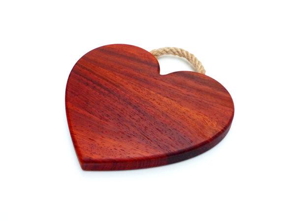 červené krájecí prkénko srdíčko s provazovou rukojetí